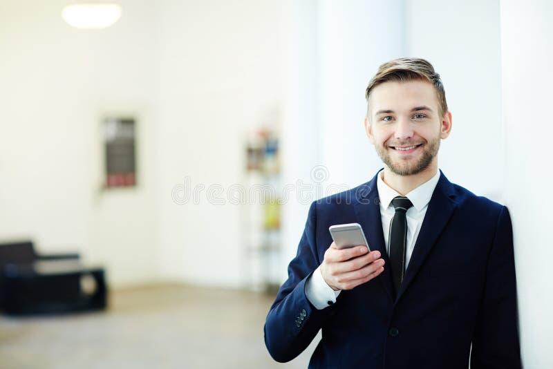 Agente con smartphone foto de archivo libre de regalías