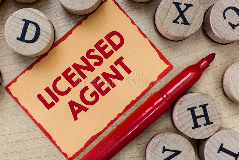 Agente conceduto una licenza a rappresentazione del segno del testo La foto concettuale ha autorizzato ed accreditato il venditor immagini stock