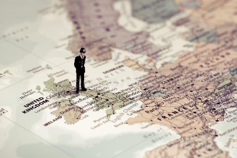 Agente da polícia britânico sobre o mapa BRITÂNICO Tom da cor ajustado fotografia de stock