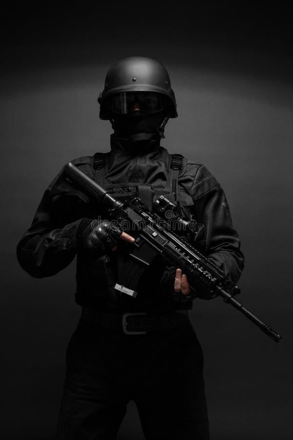 Agente da polícia com armas fotografia de stock