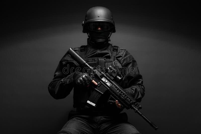 Agente da polícia com armas fotografia de stock royalty free