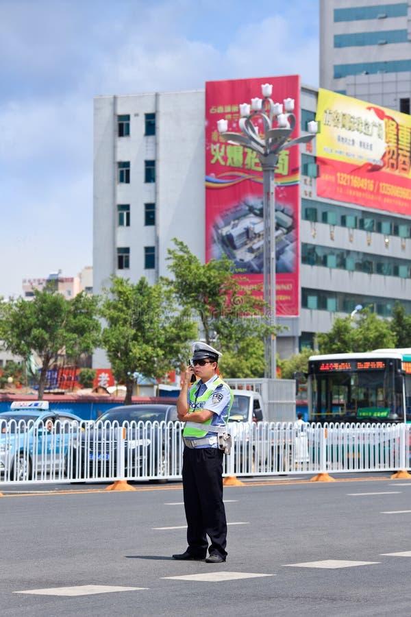Agente da polícia com engarrafamento no fundo, Kunming, China imagem de stock royalty free