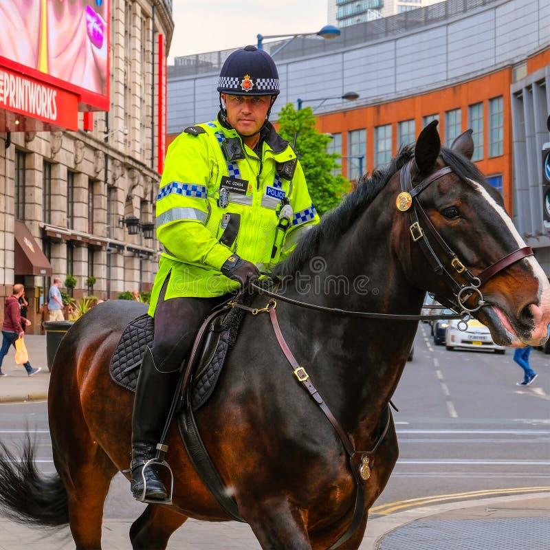Agente da polícia com patrulha do cavalo no Manchester maior, Reino Unido foto de stock royalty free