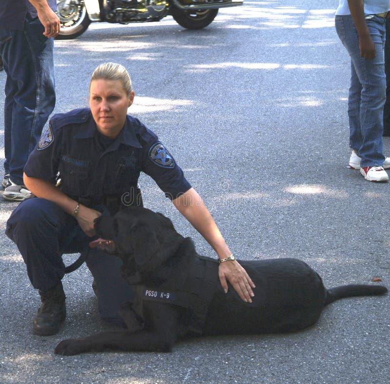 Agente da polícia com seu cão da bomba fotos de stock