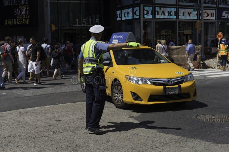 Agente da polícia Directs Midtown Traffic imagens de stock royalty free