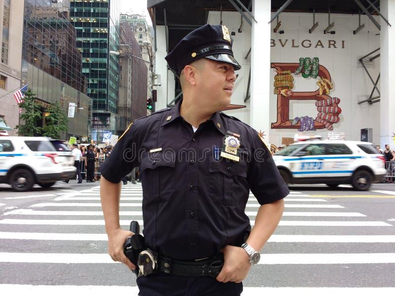 Agente da polícia e veículos de NYPD, NYC, NY, EUA fotografia de stock