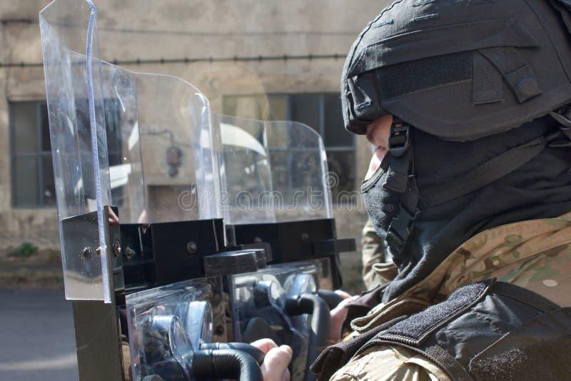 Agente da polícia em um capacete protetor fotos de stock royalty free