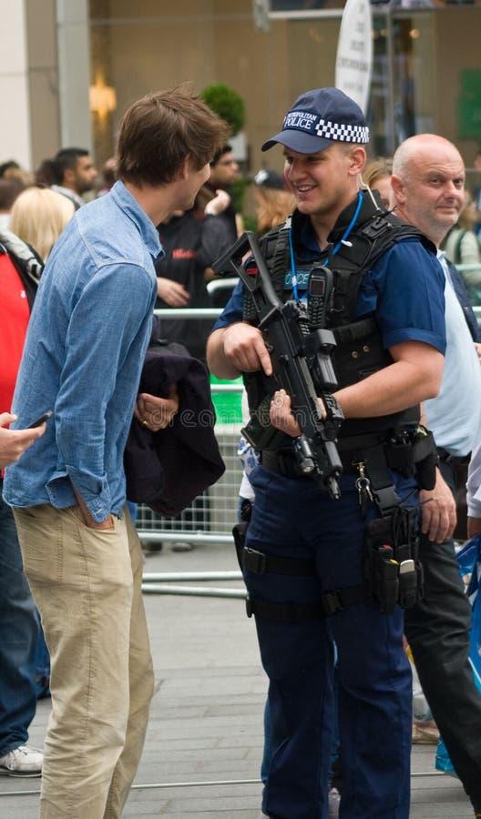 Agente da polícia metropolitano armado, Londres imagem de stock royalty free