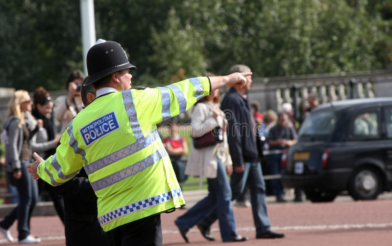 Agente da polícia metropolitano que dá sentidos foto de stock