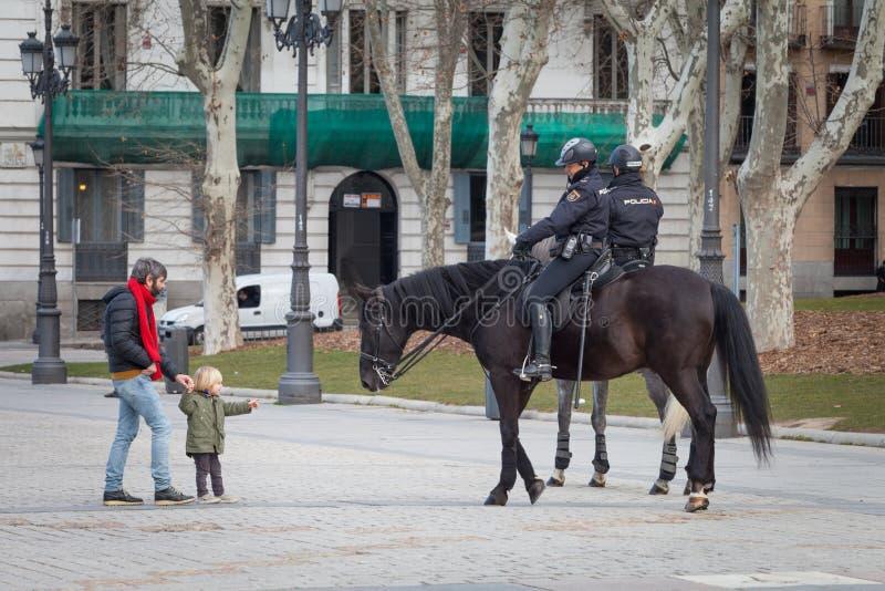Agente da polícia montado espanhol no Madri, atrás de Royal Palace imagens de stock royalty free