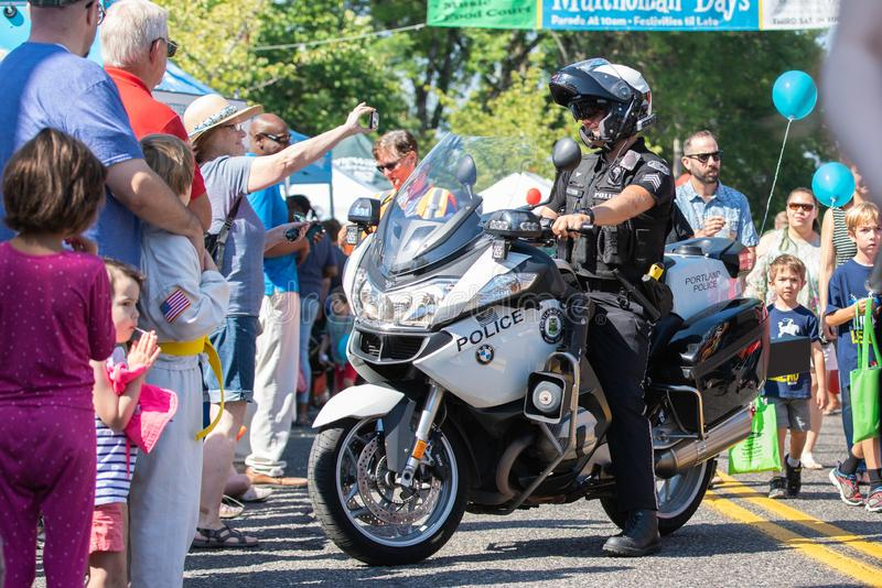 Agente da polícia no velomotor que contrata com multidão imagens de stock royalty free