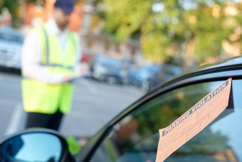 Agente da polícia que dá uma multa para a violação de estacionamento fotografia de stock royalty free