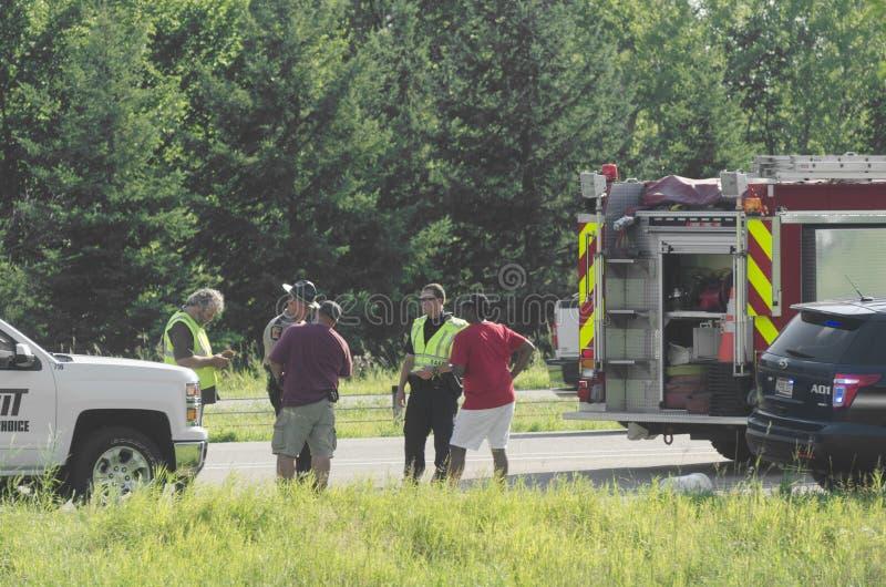 Agente da polícia Writing Report após o fogo do caminhão foto de stock
