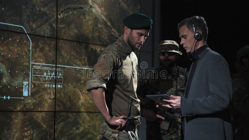 Agente de gobierno que habla con los militares foto de archivo