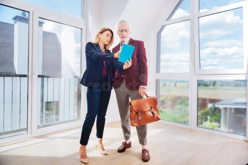 Agente de la propiedad inmobiliaria profesional próspero que consulta a su cliente rico próspero fotos de archivo libres de regalías