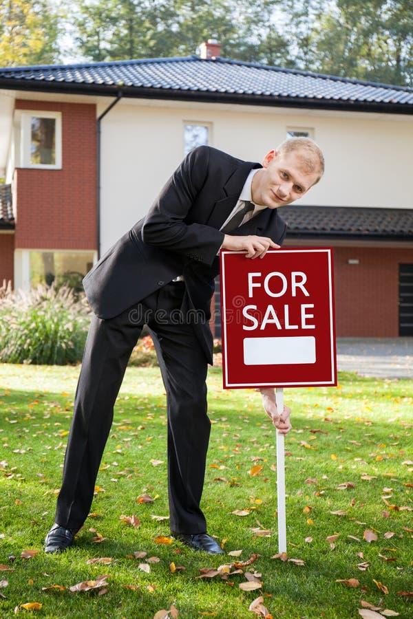 Agente de la propiedad inmobiliaria que prepara la casa para la venta fotografía de archivo