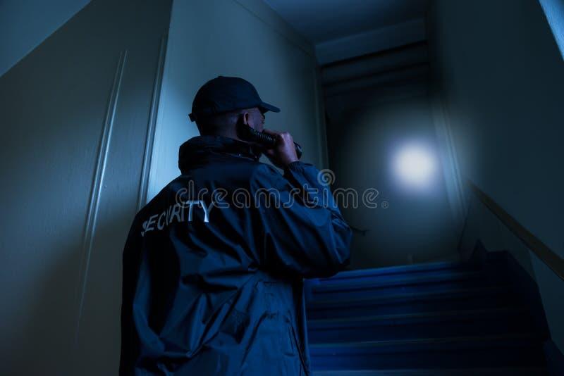 Agente de segurança With Flashlight imagens de stock royalty free
