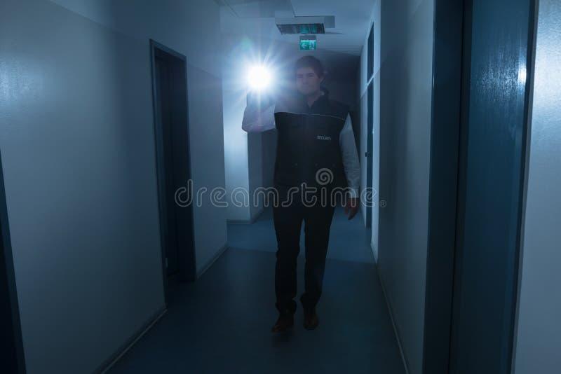 Agente de segurança Holding Flashlight fotografia de stock royalty free