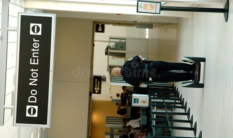 Agente de seguridad en el aeropuerto fotografía de archivo