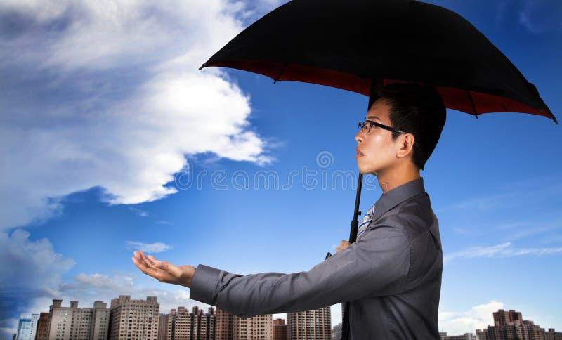 Agente de seguro con el paraguas imagen de archivo