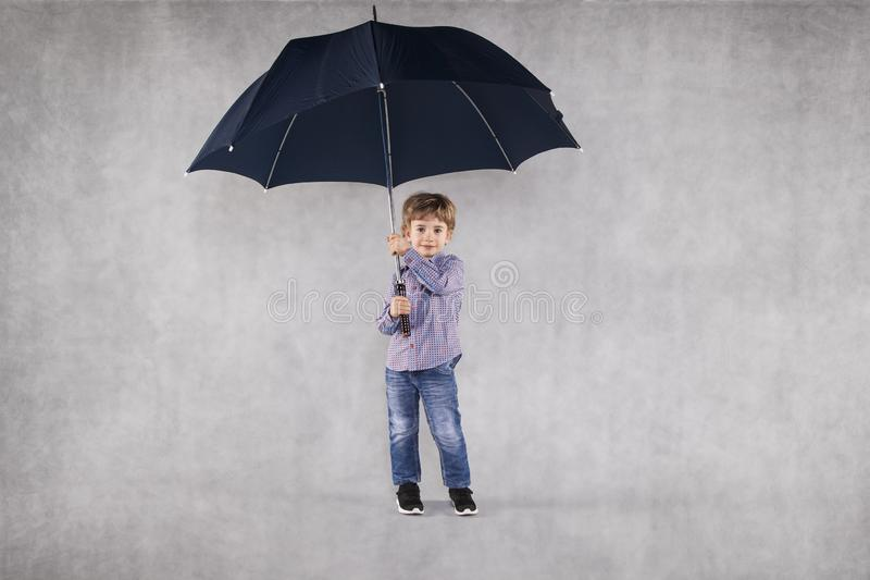 Agente de seguro joven debajo de los paraguas, un lugar vacío para usted foto de archivo