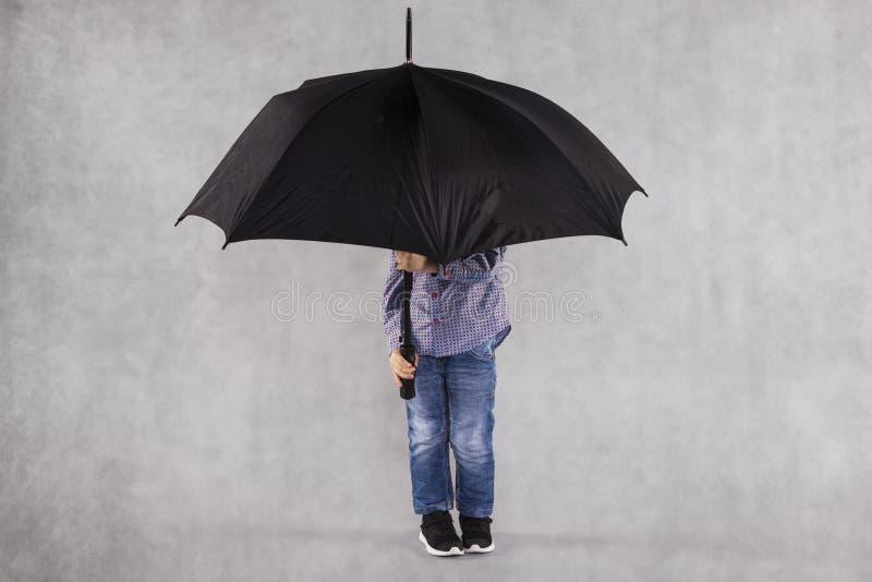 Agente de seguro joven, protección completa debajo del paraguas foto de archivo libre de regalías