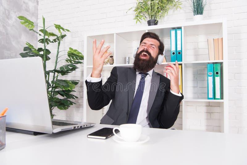 Agente de seguros do contador que relaxa com música favorita Conceito da produtividade Bons humor e inspiração motivational fotos de stock