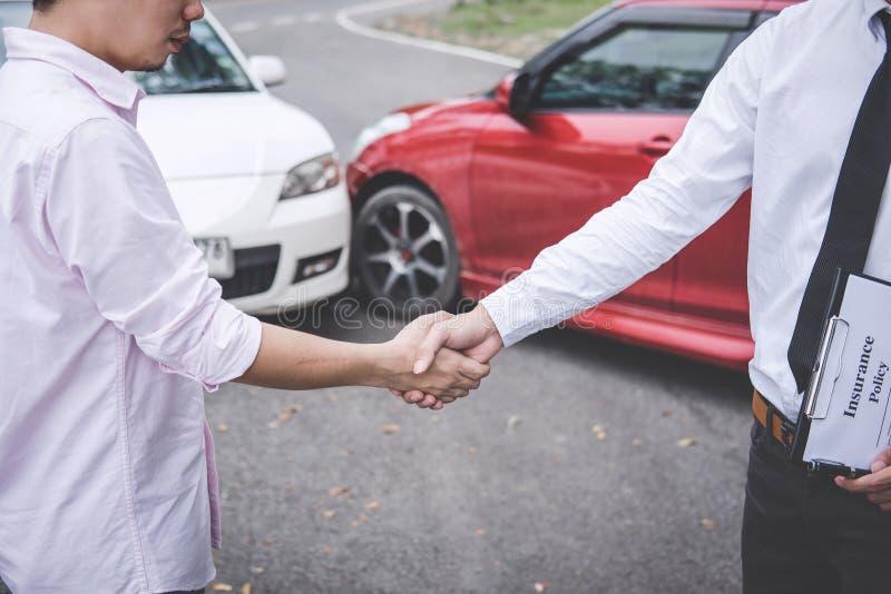 Agente de seguros e cliente que agitam as mãos após o contato da reivindicação, o acidente de tráfico e o conceito do seguro imagem de stock royalty free