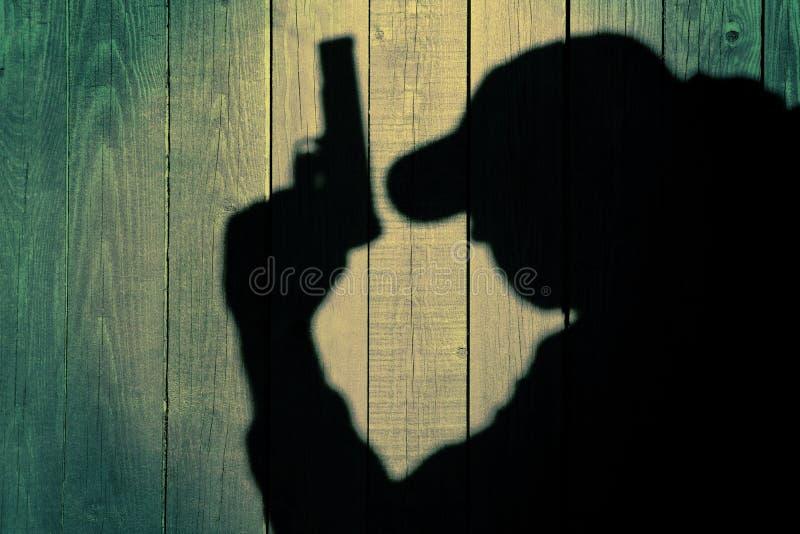 Agente de servicio secreto en silueta en fondo de madera natural fotografía de archivo libre de regalías