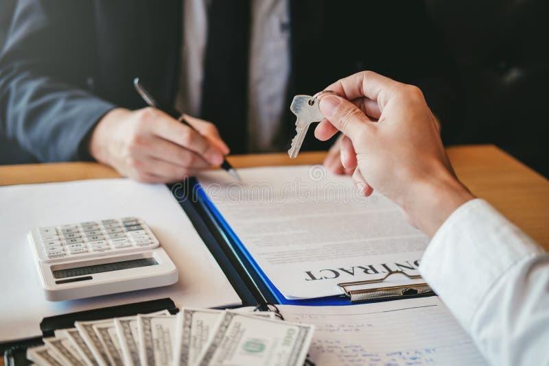 Agente de venta que da la casa dominante al contr del acuerdo del cliente y de la muestra foto de archivo libre de regalías