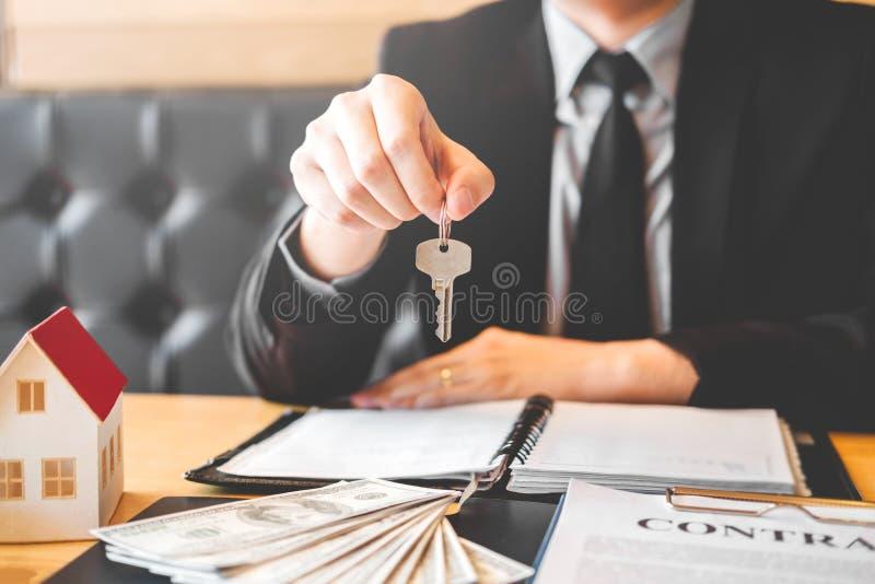 Agente de venta que da la casa dominante al contr del acuerdo del cliente y de la muestra fotos de archivo libres de regalías
