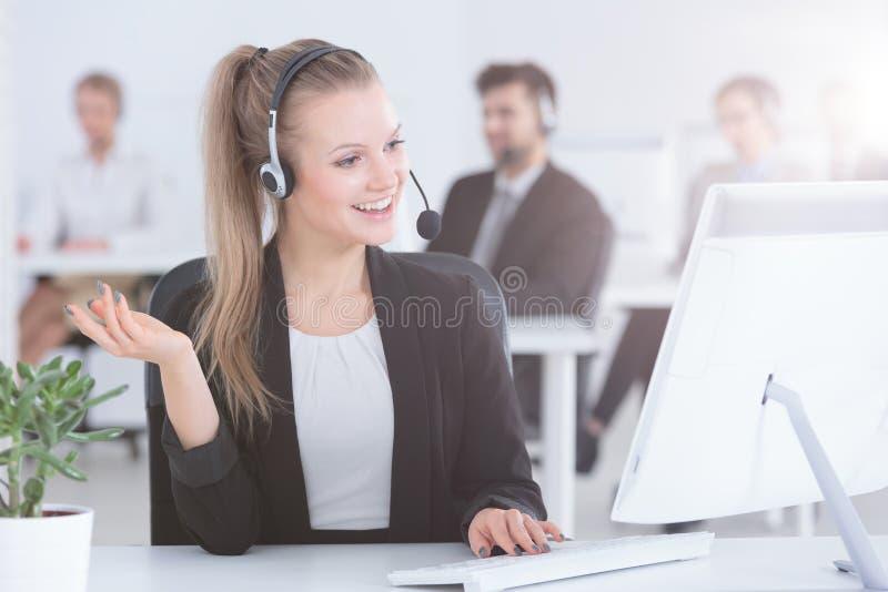 Agente del centro de atención telefónica usando el ordenador imágenes de archivo libres de regalías