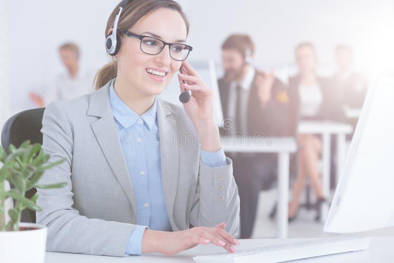 Agente del servicio de atención al cliente en centro de atención telefónica imagen de archivo libre de regalías