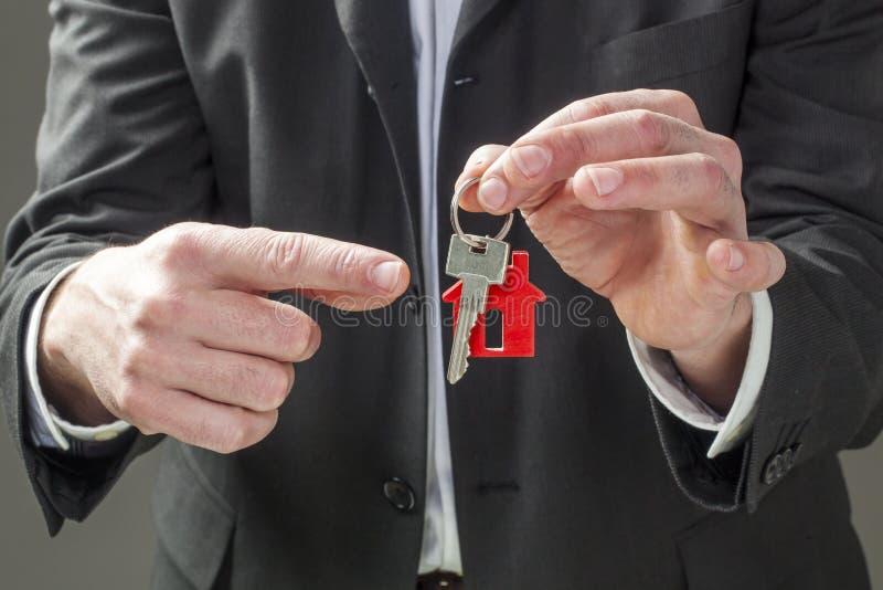 Agente di agente immobiliare che affitta o che vende una casa per il suo cliente immagini stock libere da diritti