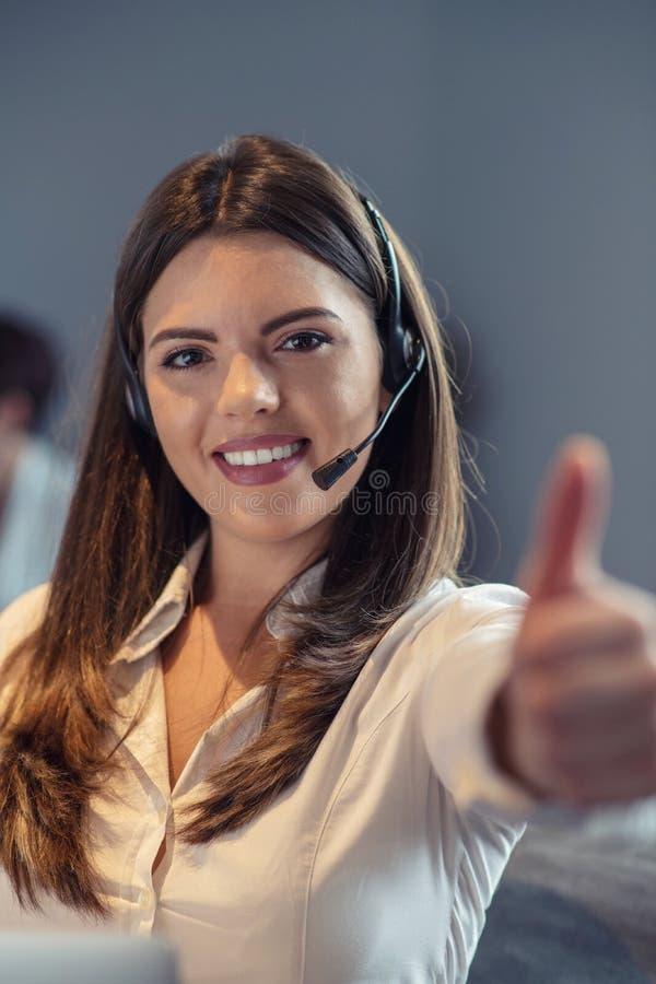Agente di servizio di assistenza al cliente in un ufficio startup con il computer portatile immagine stock