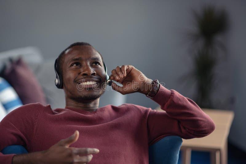 Agente di servizio di assistenza al cliente in un ufficio startup con il computer portatile immagine stock libera da diritti
