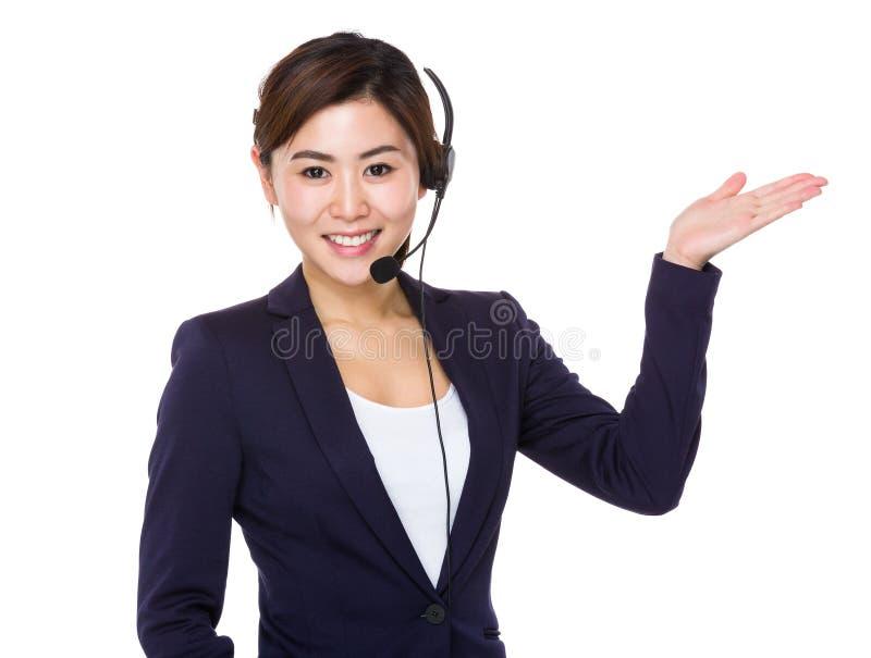 Agente do centro de atendimento com a palma aberta da mão para vender algo foto de stock