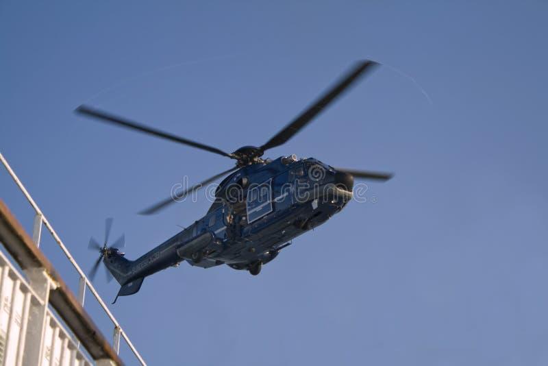 Agente do GOLPE de GSG 9 na entrada aberta do helicóptero imagens de stock royalty free