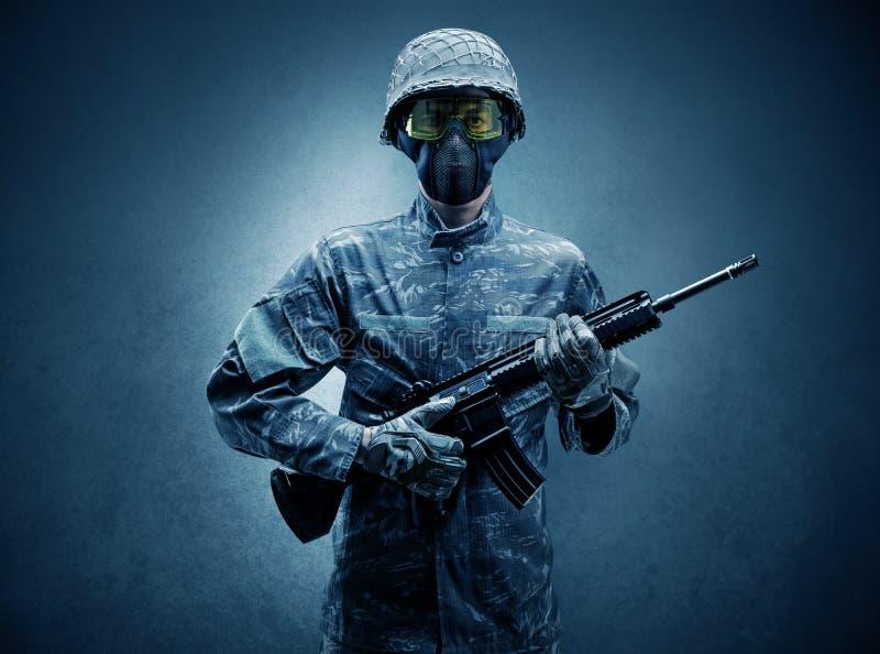 Agente do soldado em um espa?o escuro com bra?os fotos de stock