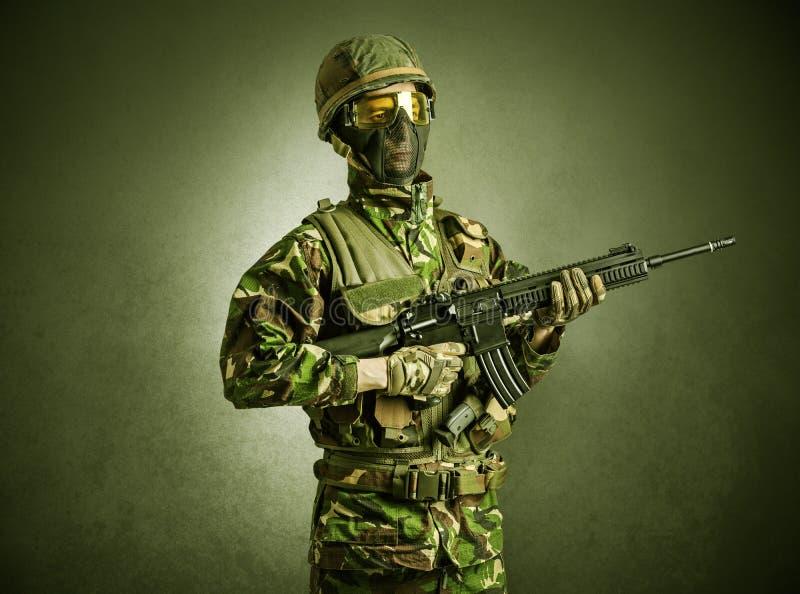 Agente do soldado em um espa?o escuro com bra?os imagens de stock