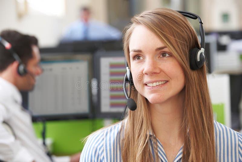 Agente fêmea In Call Centre dos serviços ao cliente imagens de stock
