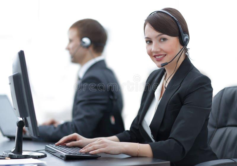Agente fêmea With Headset Working dos serviços ao cliente em um centro de atendimento foto de stock royalty free