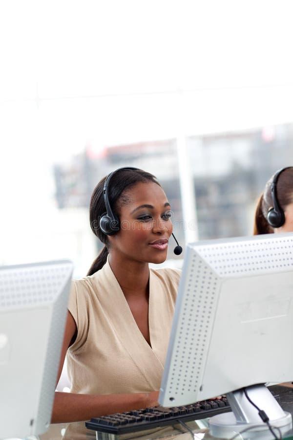 Agente femenino del servicio de atención al cliente con el receptor de cabeza encendido foto de archivo libre de regalías
