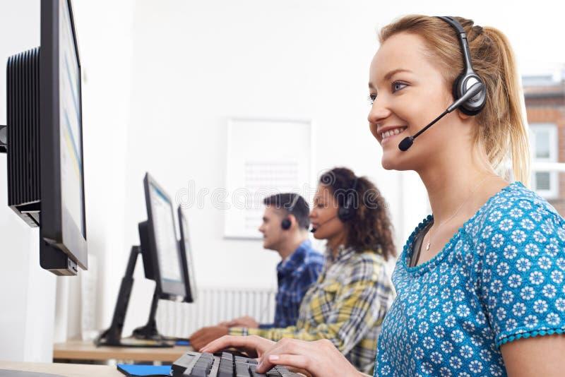 Agente femminile In Call Centre di servizi di assistenza al cliente immagini stock libere da diritti