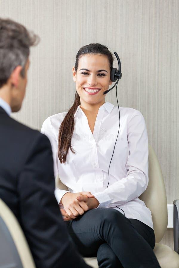 Agente femminile Looking At Manager di servizio di assistenza al cliente fotografie stock