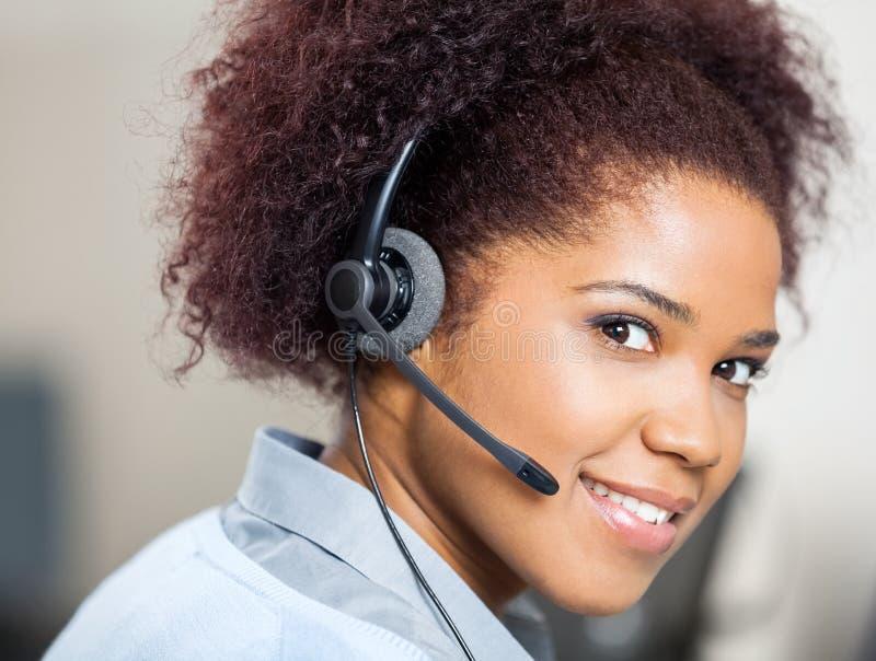 Agente femminile sicuro Wearing di servizio di assistenza al cliente immagine stock libera da diritti