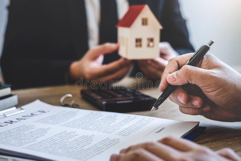 Agente immobiliare che fornisce casa e le chiavi al cliente dopo la firma del bene immobile del contratto di accordo con la forma fotografia stock libera da diritti