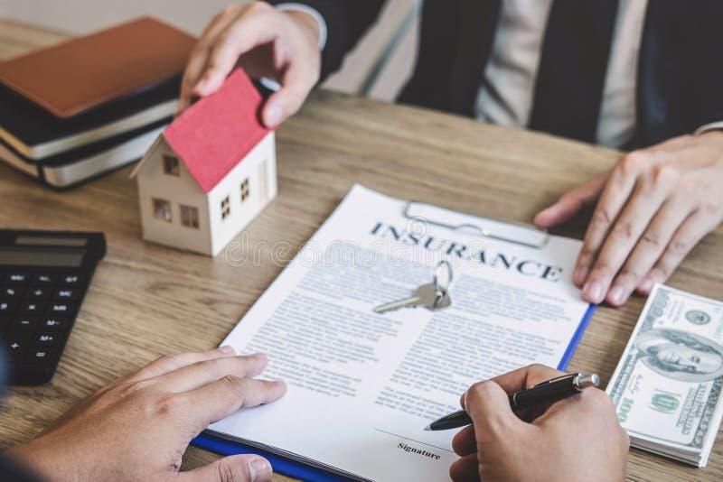 Agente immobiliare che fornisce casa e le chiavi al cliente dopo la firma del bene immobile del contratto di accordo con la forma immagine stock libera da diritti