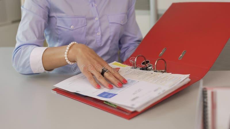 Agente immobiliare che informa i clienti delle opzioni accessibili selezionate dell'alloggio fotografia stock
