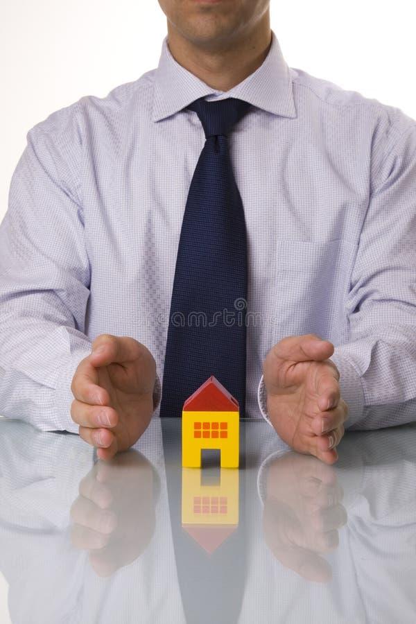 Agente immobiliare che mostra le case fotografie stock libere da diritti